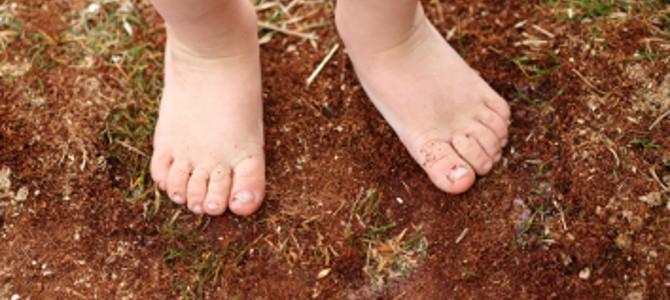 Waarom het goed is voor kinderen om op blote voeten te lopen